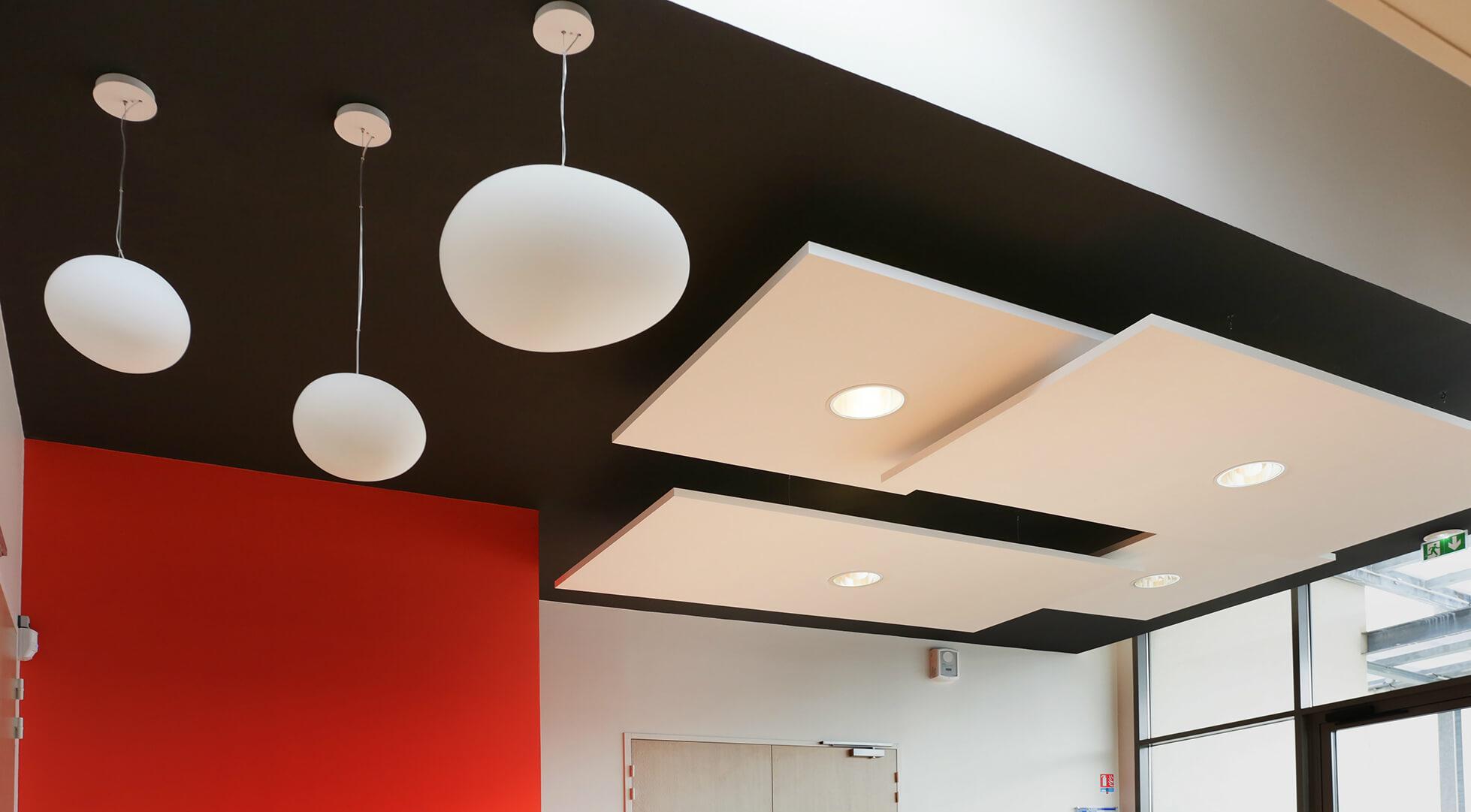 plafond plaque de plâtre noir / éléments acoustiques suspendus sur filin